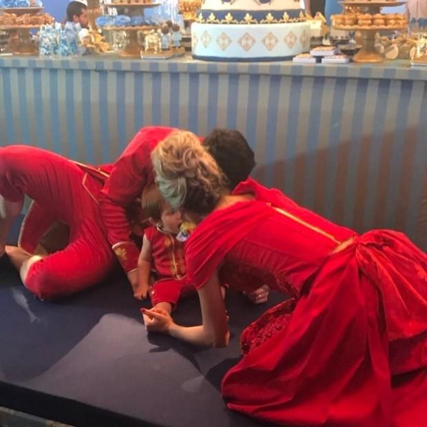 Adriana Sant'Anna e Rodrigão comemoram o primeiroa aniversário do gilho, Rodriguinho (Foto: Reprodução do Instagram)
