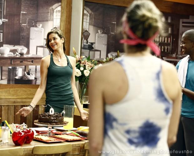 Observada por Luana, Ana Beatriz curte a festinha surpresa (Foto: Domingão do Faustão / TV Globo)