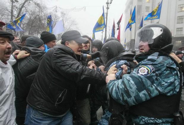 Manifestantes pró-europeus entram em confronto com a polícia em Kiev nesta segunda-feira (25) (Foto: Gleb Garanich/Reuters)
