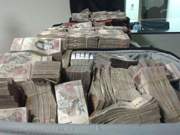 Homens alegaram que o dinheiro é fruto de corretagem da venda de fazenda em Roraima (Foto: Cedida/Polícia Militar Rodoviária)