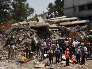 Pelo menos 38 pessoas morreram no desabamento de um prédio na região de Mumbai, no oeste da Índia, informou a polícia nesta sexta-feira (5). O desabamento ocorreu nesta quinta-feira (4). (Foto: Rajanish Kakade/AP)