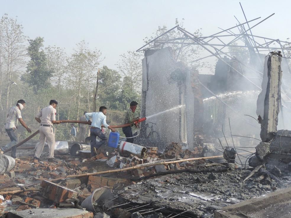 Explosão em fábrica de fogos de artifício na Índia deixa mortos e feridos (Foto: AP Photo)