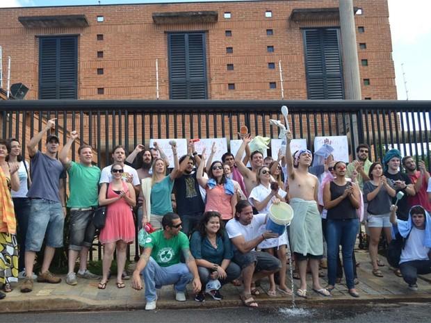 Moradores de Ribeirão se reuniram em frente à casa da prefeita Dárcy Vera (Foto: Adriano Oliveira/G1)