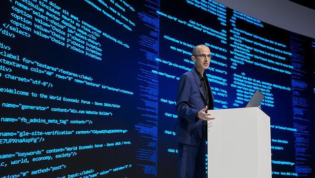 Yuval Noah Harari em palestra no Fórum Econômico Mundial (Foto: Divulgação)