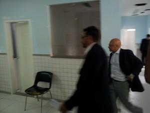Pastor Carlos Itamar (dir.) foi ao IML após as prisões (Foto: Leandro Nossa/G1 ES)