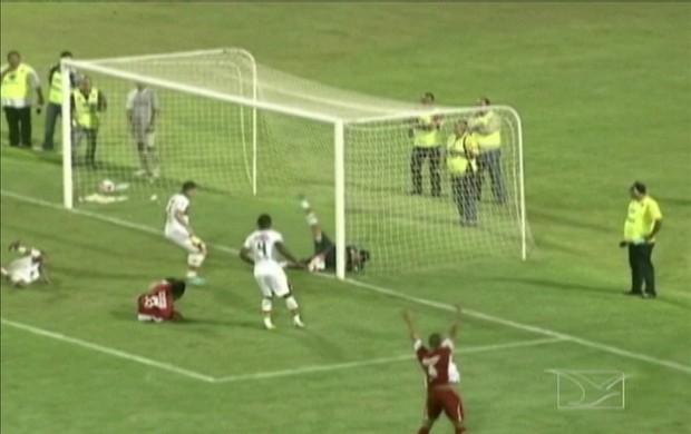 Lance do gol do CRB contra Sampaio, pela Série C, que gerou polêmica (Foto: Reprodução/TV Mirante)