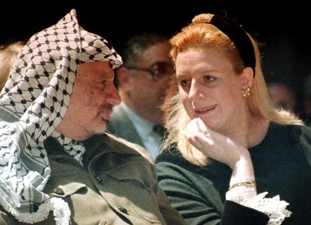 Arafat e sua então esposa, Suha, em foto de 1995 (Foto: AP)