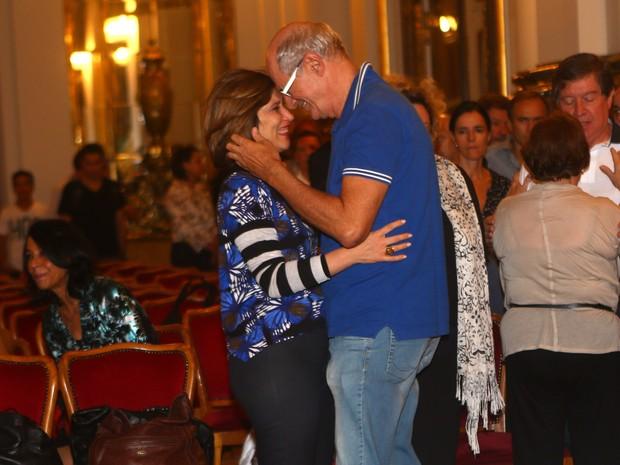 Beth Goulart recebe o carinho de Marcos Caruso no velório de Paulo Goulart em São Paulo (Foto: Iwi Onodera/ EGO)