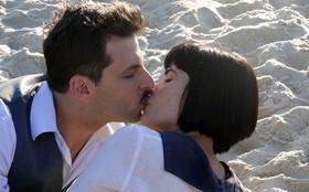 Henri Castelli e Vanessa Giácomo gravam cenas românticas na praia