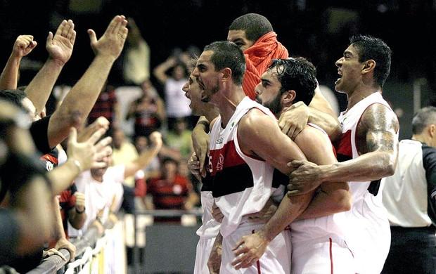 Flamengo basquete comemoração jogo Paulistano (Foto: Cezar Loureiro / Agência O Globo)