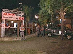 Seis homens morreram após uma troca de tiros com policiais militares das Rondas Ostensivas Tobias Aguiar (Rota) no estacionamento de um bar na Penha, Zona Leste de São Paulo. Segundo a PM, 14 pessoas supostamente ligadas a uma quadrilha que atua nos presí (Foto: Reprodução/TV Globo)