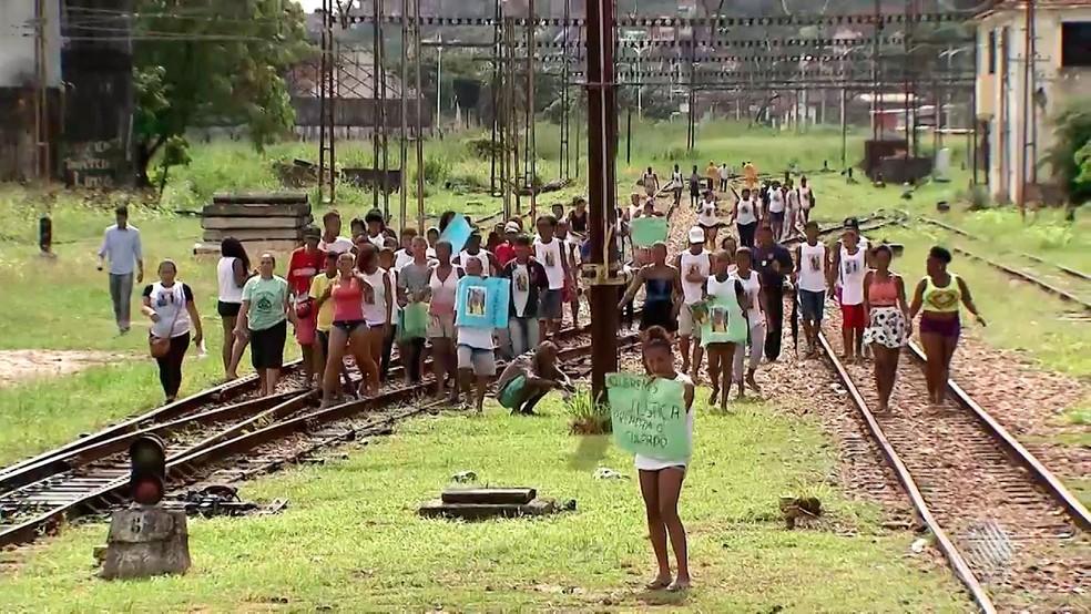 Amigos e familiares protestaram após morte de dois adolescentes em estação de trem em Salvador (Foto: Reprodução/TV Bahia)