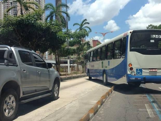 Caminhonete e ônibus invadem faixa expressa de ônibus, em Belém. (Foto: José Maria Bezerra/ Arquivo Pessoal)