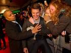 Fãs agarram Tom Cruise em première de filme na Suécia