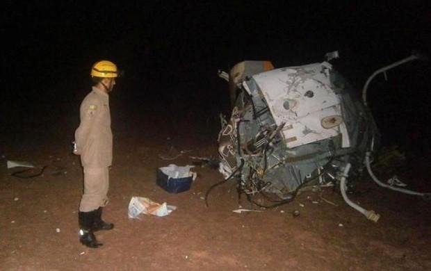 Helicóptero em que estava Fernandão ficou totalmente destruído (Foto: Divulgação/ Corpo de Bombeiros)