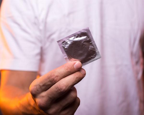 Prática de tirar a camisinha no meio do ato sexual é estudada nos EUA (Foto: Thinkstock)