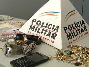 joias relógios dinheiro euro dólares Bairro Liberdade Divinópolis MG (Foto: Reprodução/TV Integração)