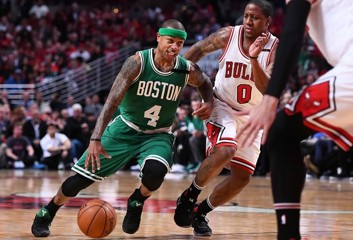 Isaiah Thomas do Boston Celtics, passa pela marcação de Isaiah Canaan, do Chicago Bulls (Foto: Reuters/Mike DiNovo-USA TODAY Sports)