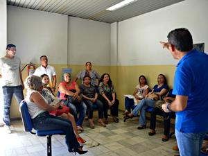 Servidores fazem reunião em sede da gerência do INSS em Rio Branco  (Foto: Quésia Melo/ G1)
