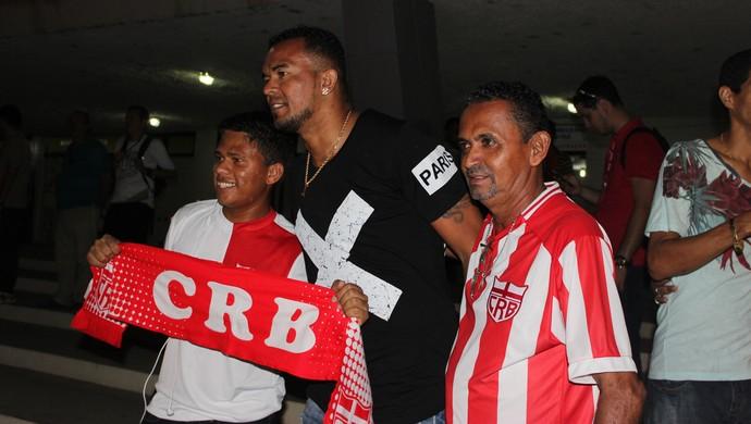Zé Carlos recebe carinho de torcedores do CRB fora do Rei Pelé (Foto: Caio Lorena / GloboEsporte.com)