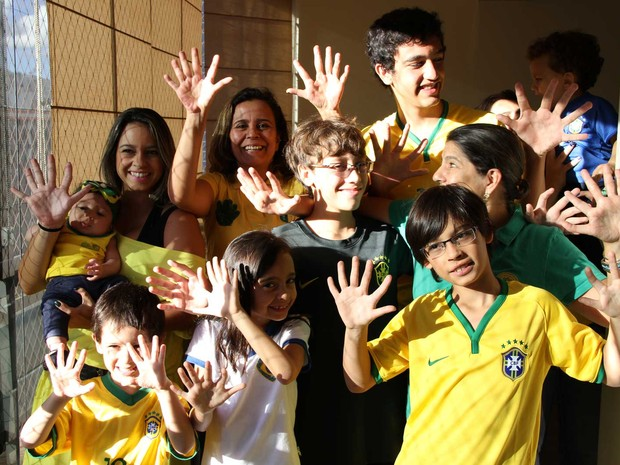 Integrantes de uma mesma família, que possuem seis dedos em cada mão; característica é comum a 14 membros do grupo (Foto: Vianey Bentes/TV Globo)