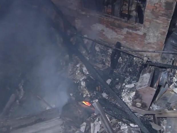 Incêndio destrói fábrica de solados de sapatos, em Goiânia, Goiás (Foto: Reprodução/TV Anhanguera)