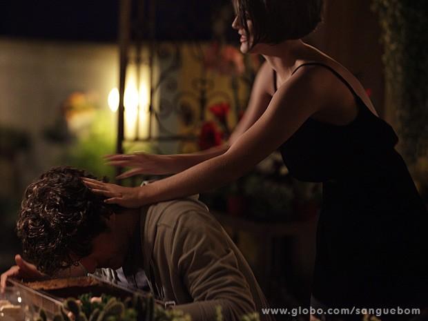 A corintiana fica furiosa ao ser confundida com Malu (Foto: Sangue Bom / TV Globo)