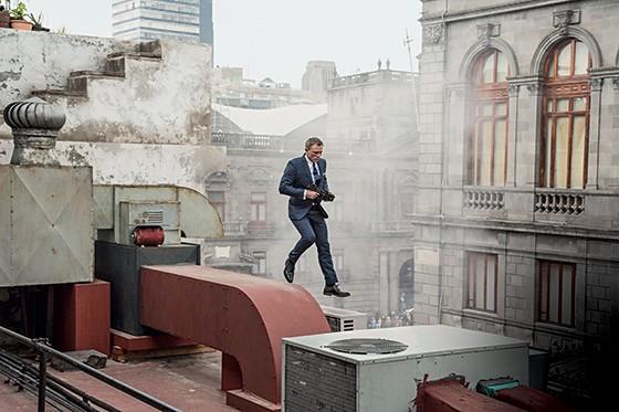 CHATEADO NO TRABALHO Bond (Daniel Craig) pula de um prédio em busca de algo para explodir. O novo filme reforça os clichês da série (Foto: divulgação)