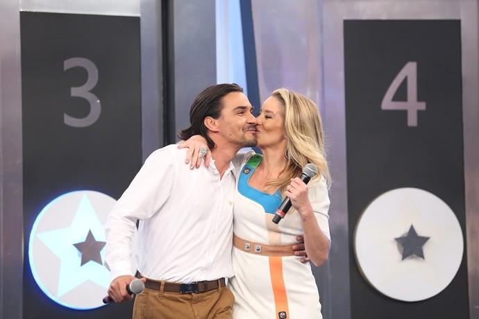 André Gonçalves e Dani Winits no palco do 'Domingão do Faustão' (Foto: Carol Caminha/Gshow)