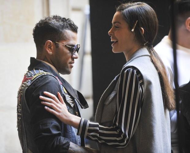 O jogador de futebol Daniel Alves capricha no look para ver desfile da namorada, Joana Sanz, durante o Barcelona Fashion Show, na Espanha  (Foto: Grosby Group)