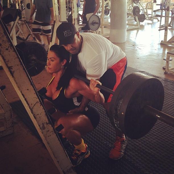 Gracyanne Barbosa em exercício de agachamento com peso (Foto: Reprodução_Instagram)