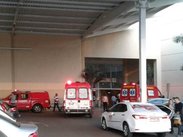 Equipes dos Bombeiros e Samu tentam salvar criança em shopping (Foto: Marcus Vinnicius/TV Morena)