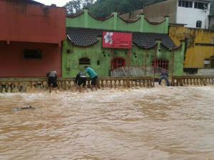Rio que passa por Santa Teresa, no Noroeste do Espírito Santo, transbordou neste sábado (21). (Foto: Poliana Rocha/ VC no G1)