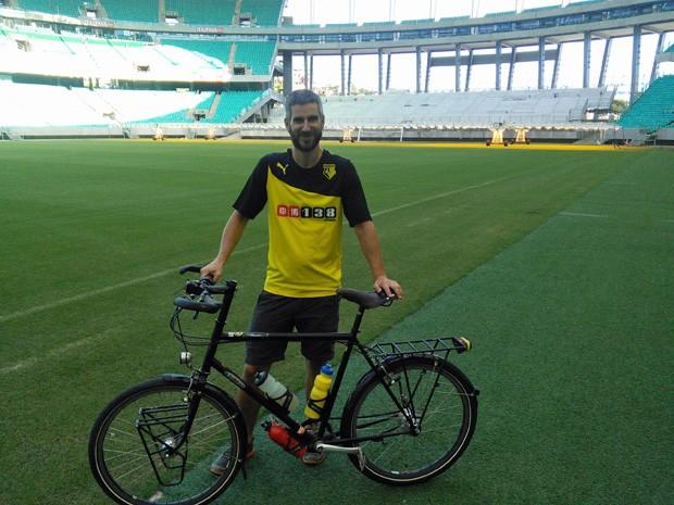 Andy Smith visitou as 12 cidades-sede da Copa de bicicleta; na foto, ele posa dentro da Arena Fonte Nova, em Salvador  (Foto: Andy Smith/Arquivo Pessoal)