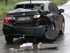 Carro derrapa e motorista é resgatado após retirada de fiação elétrica, no AP