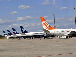 Aviões de companhias aéreas estacionados na única pista para pouso e decolagens no Aeroporto Interncional de Viracopos, em Campinas (SP) (Foto: Lana Torres/ G1 Campinas)