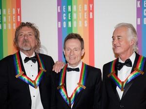 Músicos Robert Plant, John Paul Jones e Jimmy Page, do Led Zeppelin, após serem homenageados no Centro Kennedy, nos EUA, neste domingo (2) (Foto: Drew Angerer/AFP)