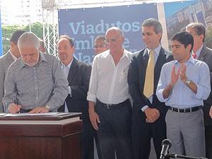 Governador da Bahia assina ordem de serviço para obras de Complexo Viário do Imbuí, em Salvador, Bahia (Foto: Lílian Marques/ G1)
