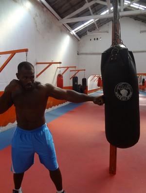 Mondragon, lutador de MMA, em seu treinamento (Foto: GLOBOESPORTE.COM/PA)