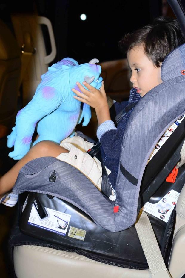 """Arthur, filho de Eliana, brinca com o boneco do filme """"Monstros S.A"""" (Foto: Leo Franco/Agnews)"""