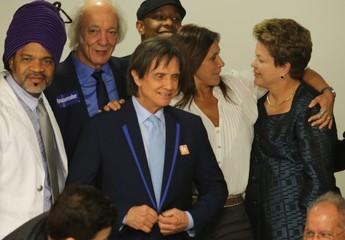 Dilma Rousseff recebe grupo de artistas após aprovação da PEC do Ecad, que prevê nova distribuição dos direitos autorais para músicas (Foto: Fabio Pozzebom / ABr)