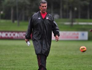 Ricardo Drubscky, técnico do Atlético-PR, no CT do Caju (Foto: Site oficial do Atlético-PR/Divulgação)