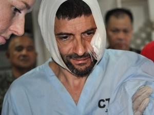 Lorenzo Vinciguerra é amparado após ser resgatado nas Filipinas (Foto: Nickee Butlangan/AP)
