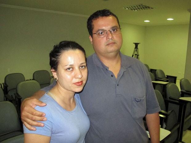 O casal Elisangela Farizel, 35 anos, e Vinicius Farizel, 39. Ex-alcoólatra, o autônomo recomenda a admissão de que está doente para buscar o tratamento contra a dependência (Foto: Eduardo Carvalho/G1)