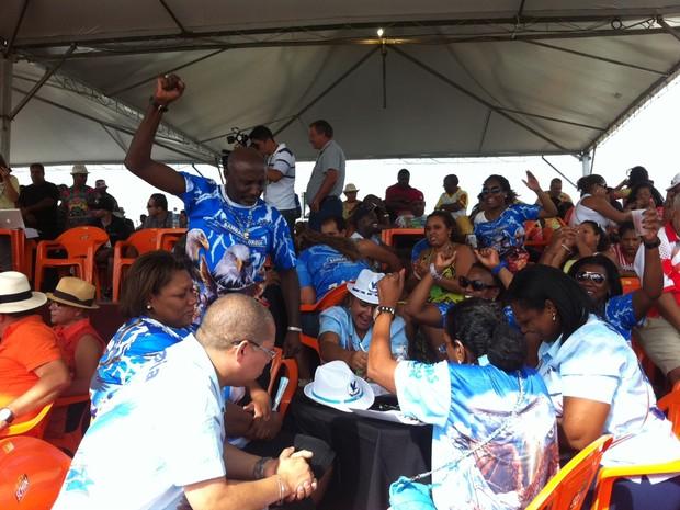 Bambas da Orgia comemora notas do desfile no carnaval 2013. (Foto: Jessica Mello/G1)