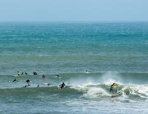 """Medina surfa no meio do """"crowd"""" no pico do Lagido, em Peniche (Foto: Bruno G. Camargo)"""