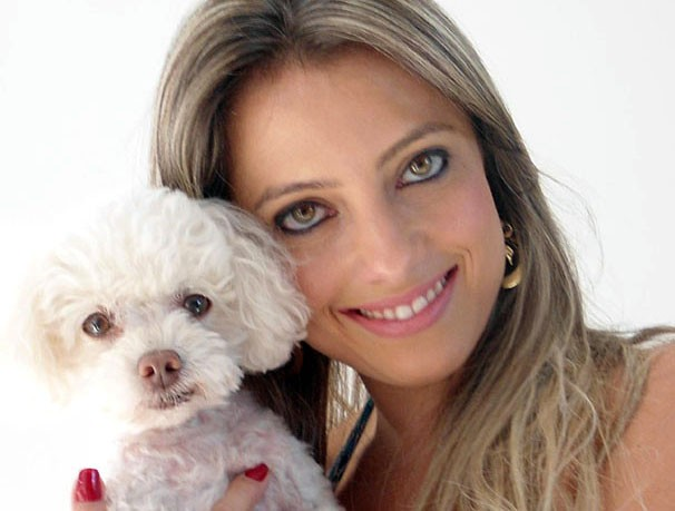 Daniele abre o sorriso para a foto com Kiko, seu poodle (Foto: Arquivo Pessoal)