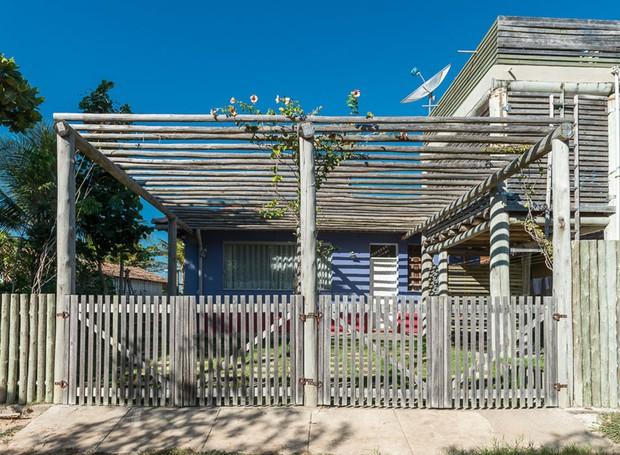 Montada com eucalipto de reflorestamento e caibros de madeira de demolição, a fachada da casa faz referência à arquitetura local   (Foto: Daniel Mansur/Divulgação)