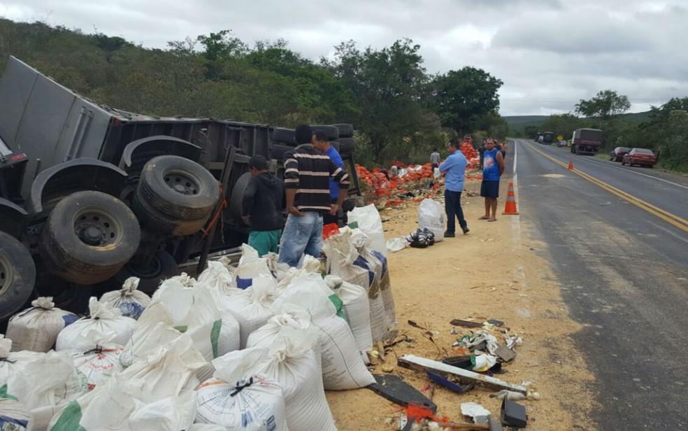 Após batida carga ficou espalhada pela via e depois foi recolhida para acostamento da rodovia (Foto: Guilherme Maciel/Blog do Braga)