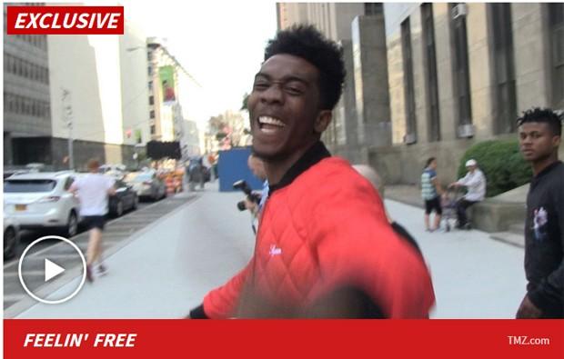 TMZ mostrou vídeo do rapper Desiigner rindo logo ao ser liberado da cadeia (Foto: Reprodução / TMZ)